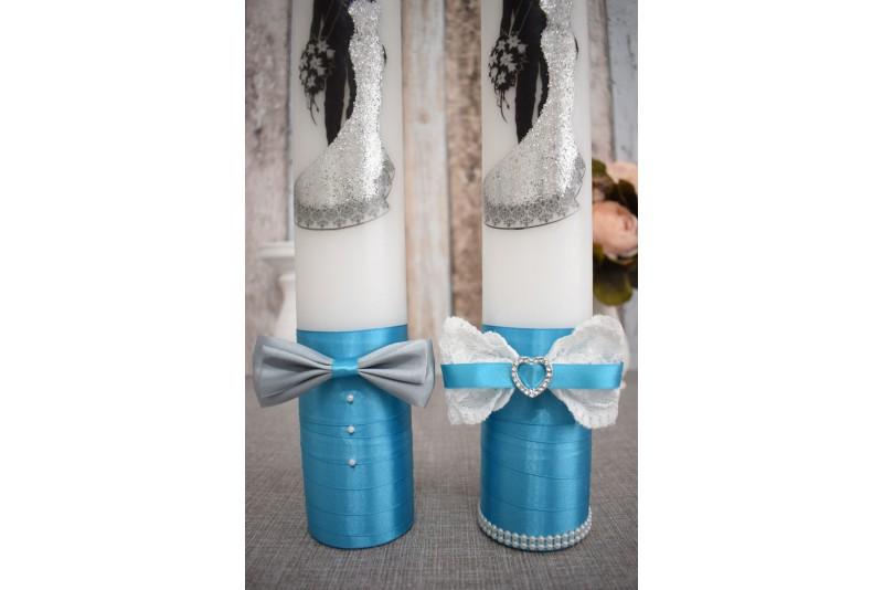 Lumanari de nunta cu mire si mireasa imbratisati cu decor turcoaz