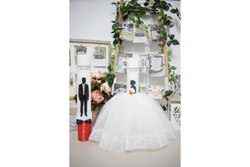 Lumanari nunta cu mire si mireasa cu rochita si buchet rosu